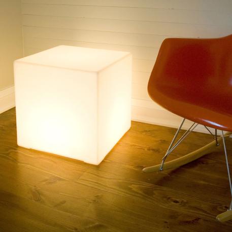 Til et projekt for Københavns Kulturhus Nordvest har vi benyttet kuber som denne. Lysbokse som man kan sidde på, dobbeltfunktioner vi elsker.