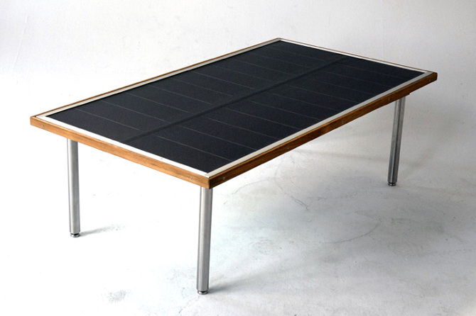 Bordet vejer ca 20 kg, har teak træramme og ben i stål. Pladen kan vippes op for maksimal vinkel.