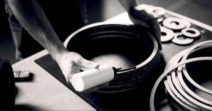 Design og produktion af paplamperne foregår i Spanien.