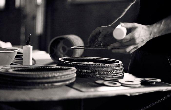 Produktion af lamperne foregår i hånden, lag for lag.