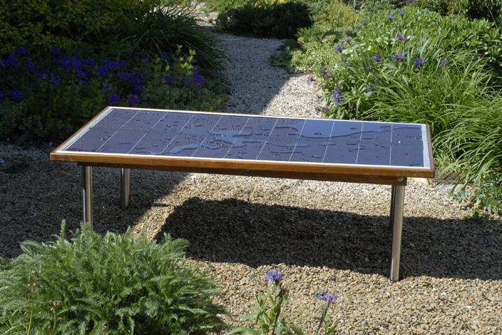 Solcelle bordet. Bordet kan oplade eks. din computer eller stiksav...