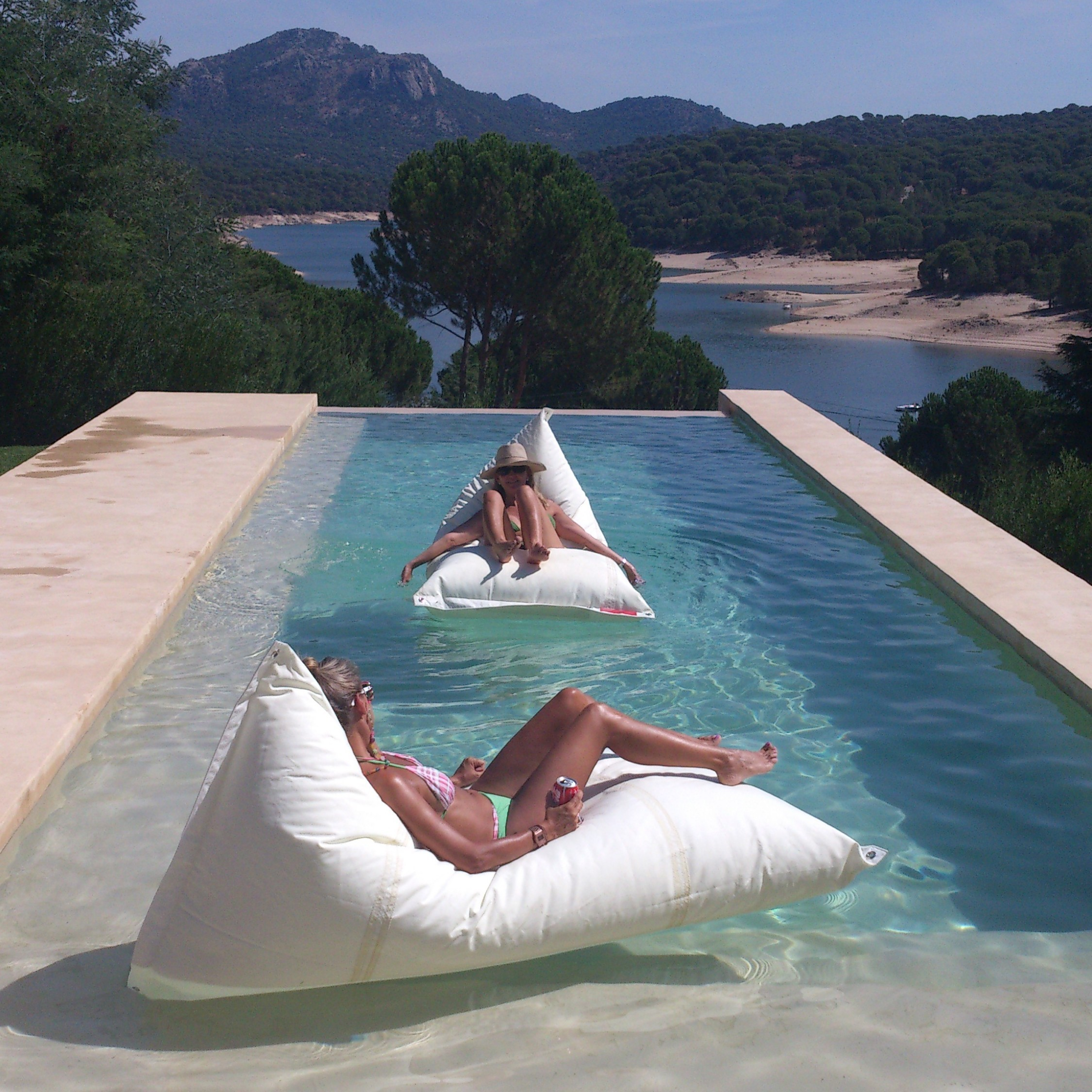 Sækkestolene kan også flyde og måske oplagt til din pool eller oppe ved dit sommerhus :)